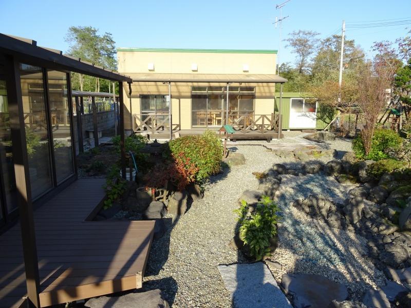 南西側庭と囲炉裏付き休憩所