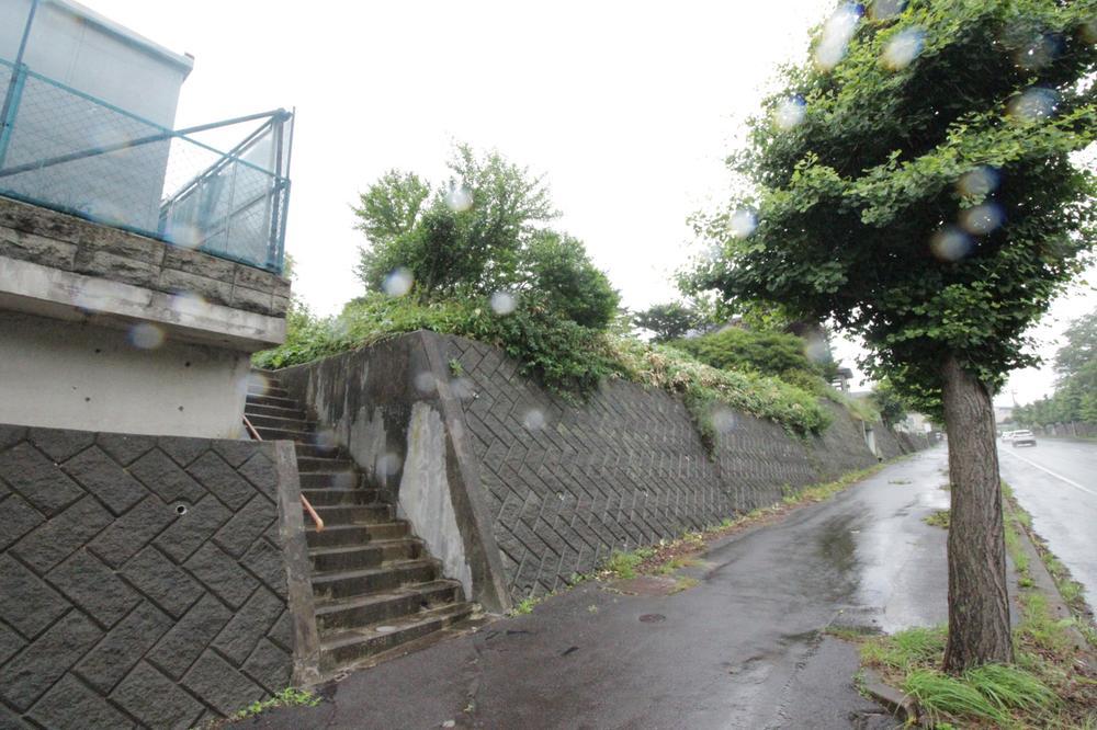 東側、擁壁あり、階段から現地へ