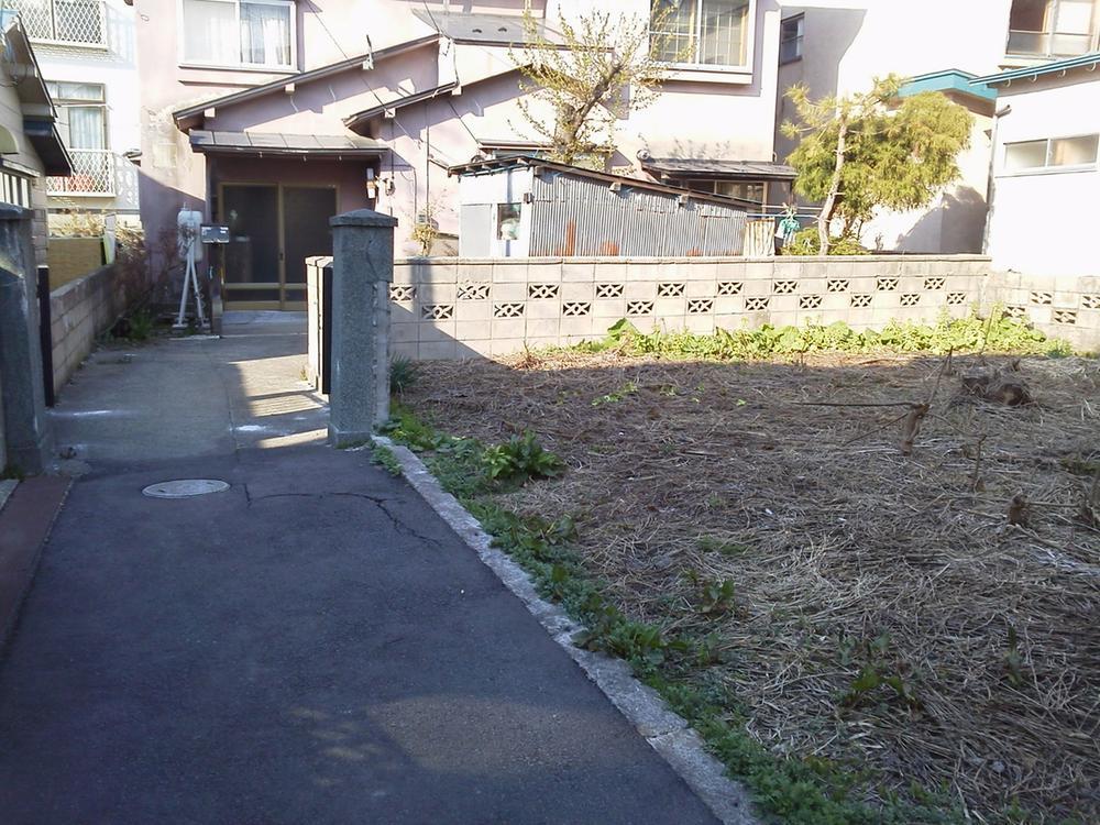 通路から見た物件現地<BR>※奥の住宅は他人地です