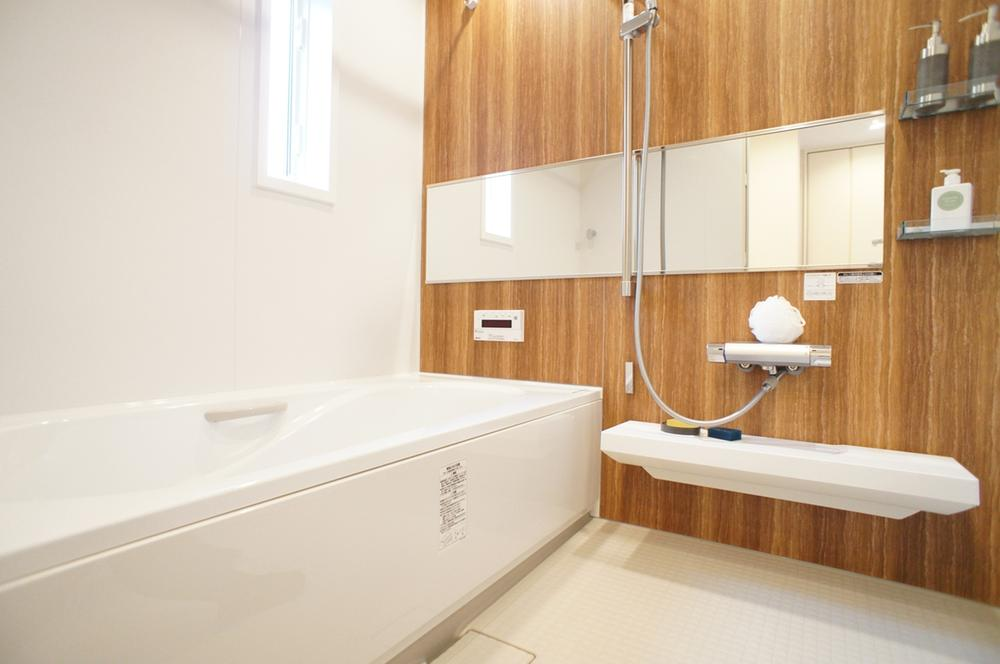 洗い場も広い、窓付きの明るいお風呂。<BR>(2014年年11月撮影)