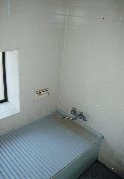明るいデザインの浴室