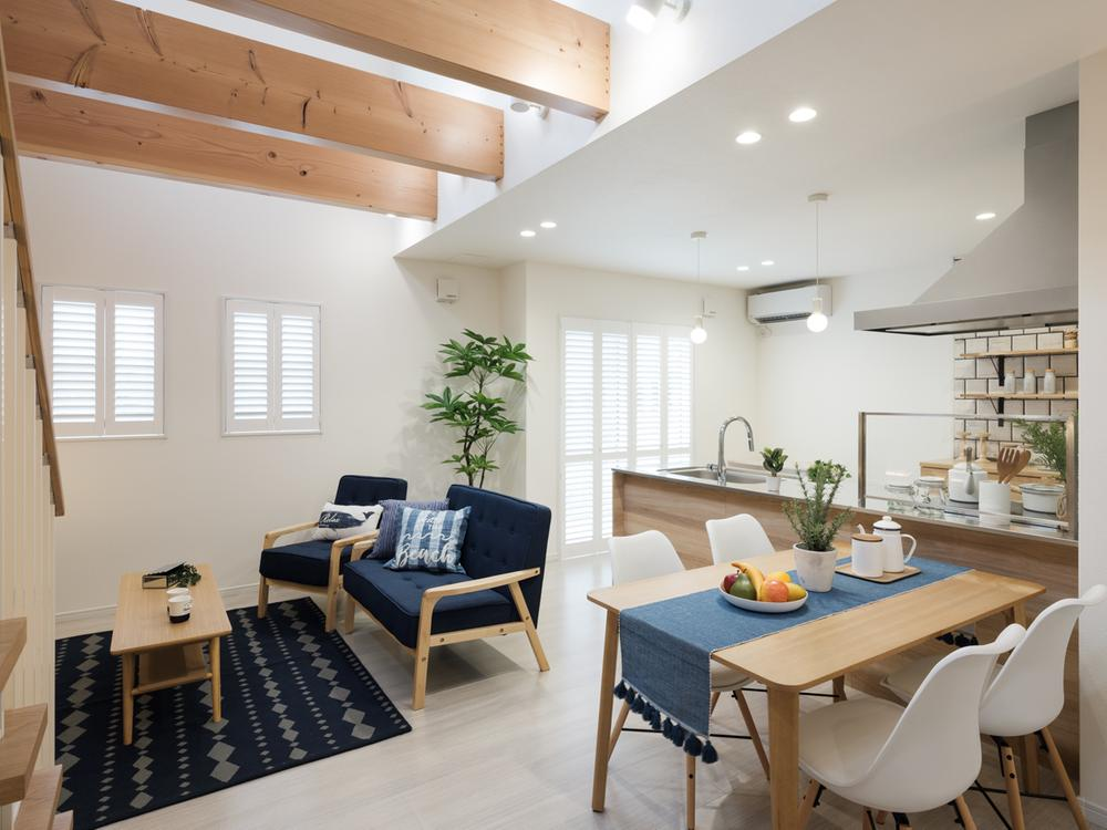 モデルハウス<BR>◆リビングの天井は吹抜けになっており開放感抜群。室内も「ブルー×ホワイト」でまとめつつ、ナチュラルさをプラス。上質な住まい方のご提案。