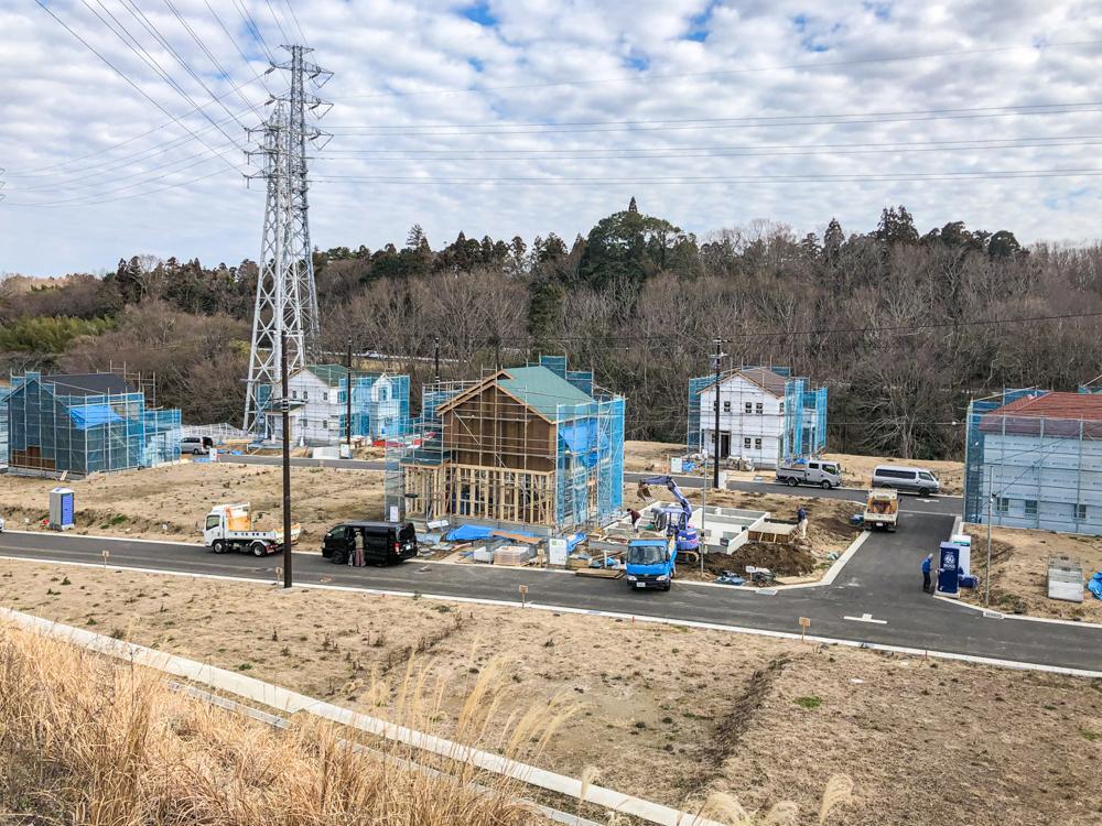"""現地(2020年2月)撮影<BR>◆きれいに舗装された前面道路と宅地。着々と工事が進んでいます。電柱は""""カラー柱(ブラウン)""""を採用し家づくりだけでなく街づくりにもおしゃれを意識しました。"""