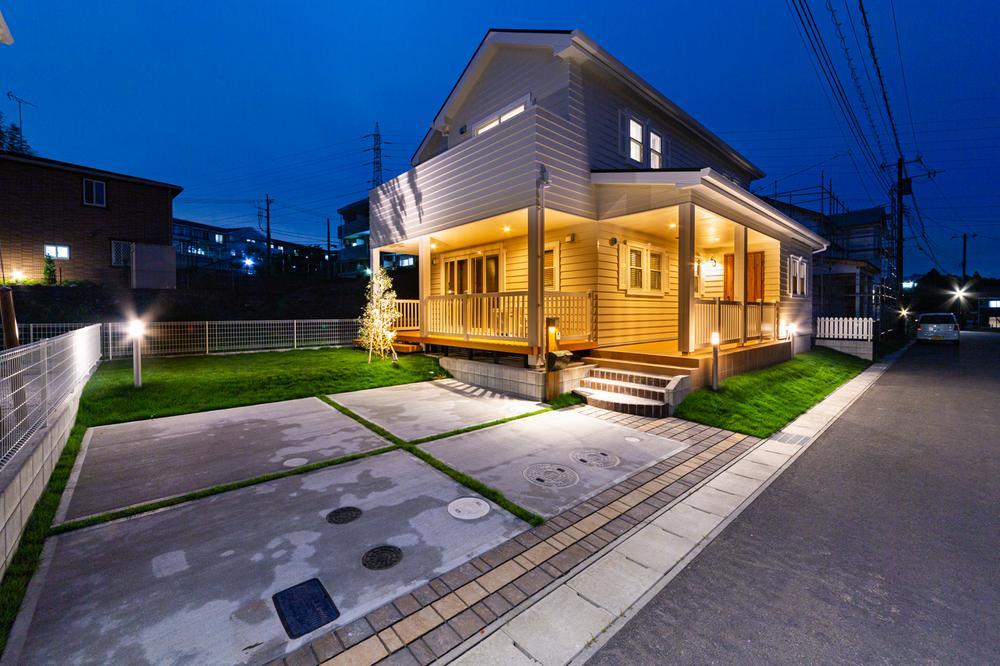 現地(2020年9月)撮影<BR>◆きれいに舗装された前面道路と宅地。ガイドラインにある灯かりの灯る街並み通り、夕暮れ時の分譲地は明るく優しいオレンジの灯りが街を照らしています。