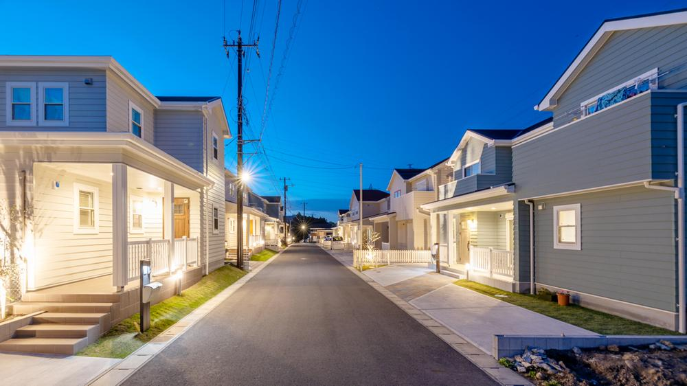 分譲済街並<BR>◆分譲地を明るく照らす街並み。日中の雰囲気はもちろん、夕暮れ時の街並みをご覧いただくのもおすすめです。