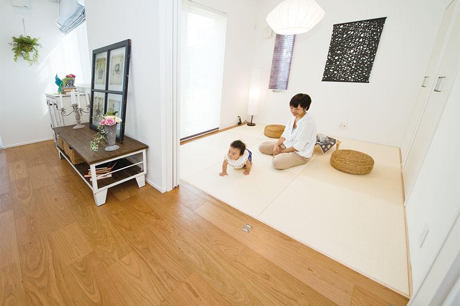 """リビングと続き間になる和室を設けた住まい。落ち着きある""""和""""の空間として楽しむのはもちろん、リビングから目が届いて安心なお子さまの遊び場など、使い方は色々。"""