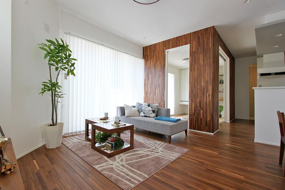 天然の樹だけが生み出せる豊かな表情を、床や壁材などに用いました。温もりと優しさを住まい全体で味わえる贅沢な演出です。