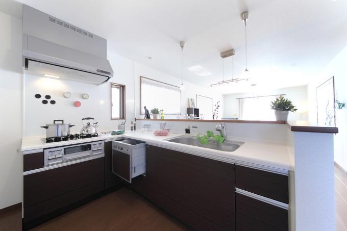 大勢で楽しく調理できる広いL型キッチン
