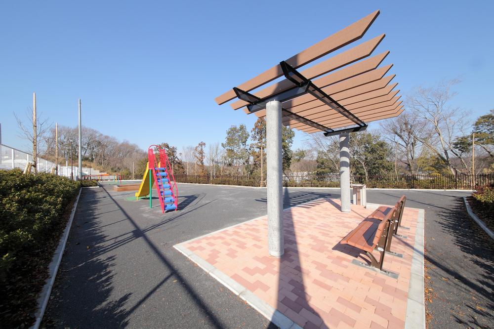 【 忠生見晴らしの丘公園 】 分譲地内東端に位置する「忠生見晴らしの丘公園」。住まう人同士のコミュニティを育む緑豊かな提供公園。お子さまが安心して遊べる場としても身近に利用できます。
