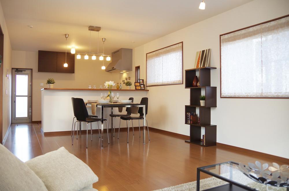 落ち着いた色調のモデルハウス(2-6号棟)。洗練されたデザインと約20畳のLDKがもたらす優雅な空間をぜひご堪能ください。<BR>(平成26年1月撮影)