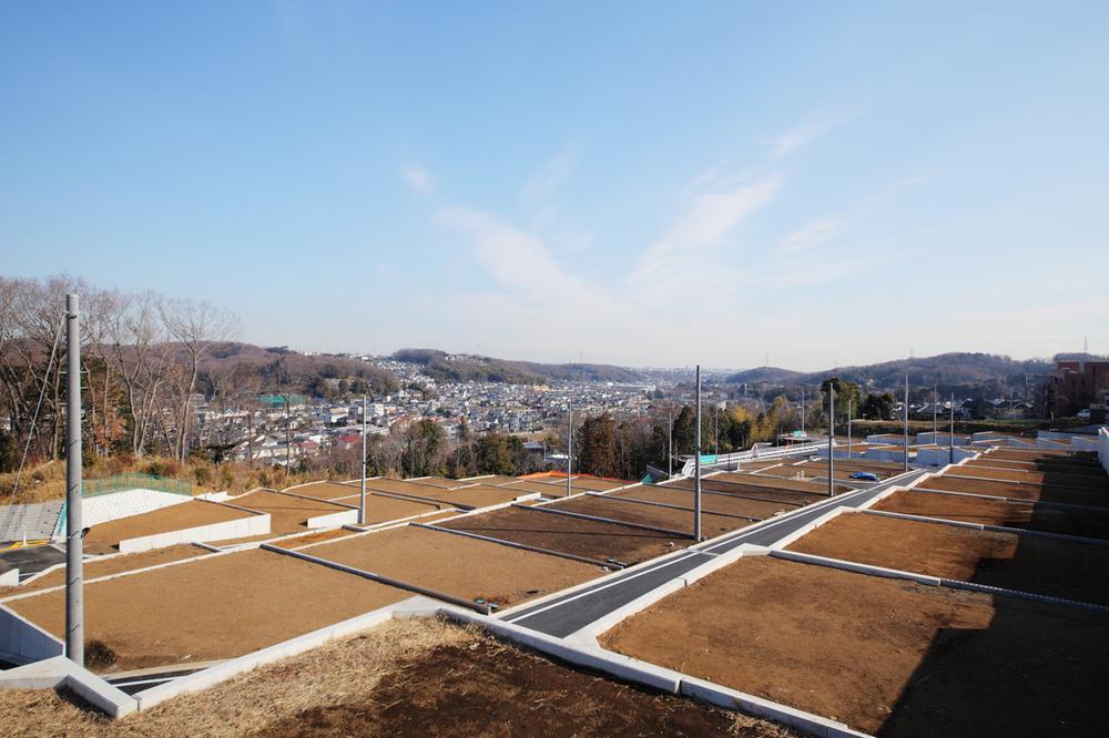 """全115区画のうち、73%が敷地面積""""130m2(約40坪)""""以上あり、駐車2台はもちろんのこと、収納・庭が確保できるゆとりあるタウンプランニング。また、ひな壇形状を生かした""""プライバシー配慮設計""""。"""