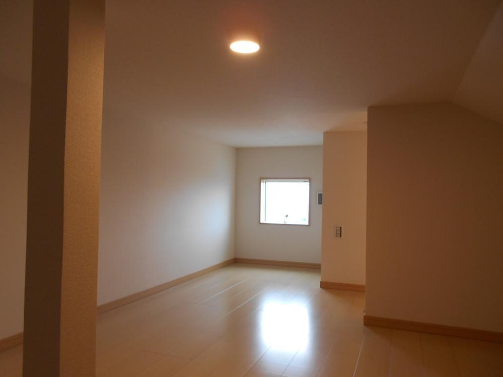モデルハウス 2ー9区画の小屋裏収納です。7.5畳の広さがあり、明るさ、通風は十分。<BR>お子様が小さいときは遊び場としても。あるいはご主人の書斎として。