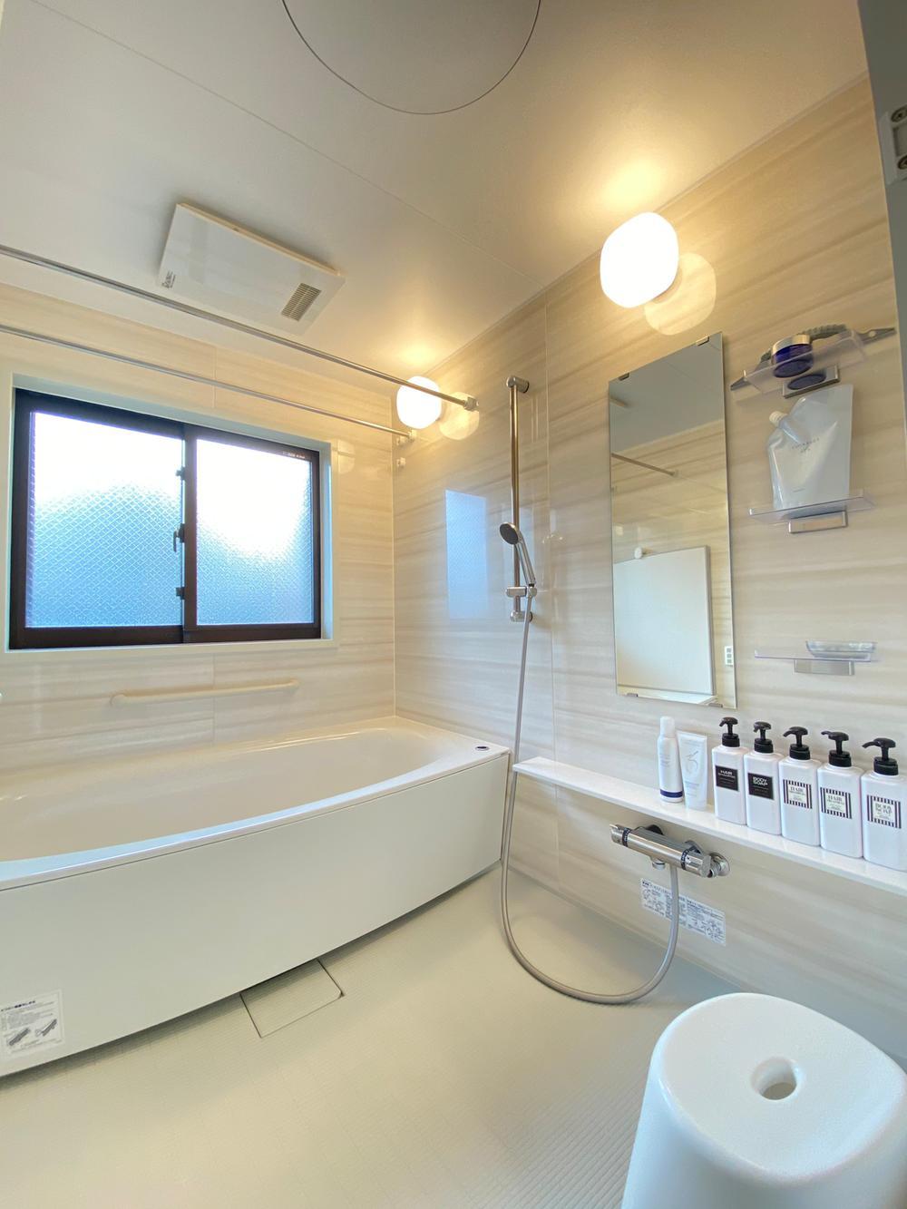 【窓付きのお風呂】<BR>マンションには珍しい窓付きのお風呂です。換気や明かりとりとしても便利に活用できます。