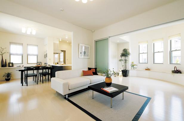 広々ゆとりの敷地面積を誇る住まいは、室内空間にもゆとりを実現。広い庭はLDとの連続性が高く、一体感となった住空間を得られる(分譲済)