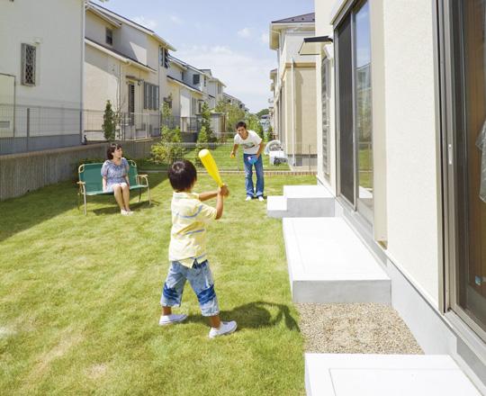 165m<sup>2</sup>以上のゆとりの敷地を活かし、ガーデニングやバーベキューも楽しめる広々とした庭を用意。LD前面に芝生を敷き詰めた庭が広がり、開放感を演出。温かな緑の絨毯は、子どもの成長を見守れる場所となる(分譲済)