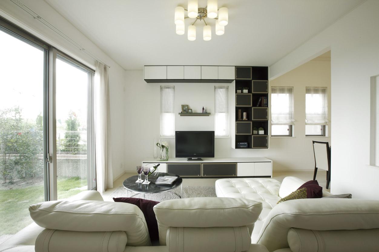リビング・ダイニング・キッチンは約2.6Mの天井高とハイサッシの採用で、ゆとりある空間を実現。自然光が取り込まれ、家族団欒の場所を明るく演出(分譲済)