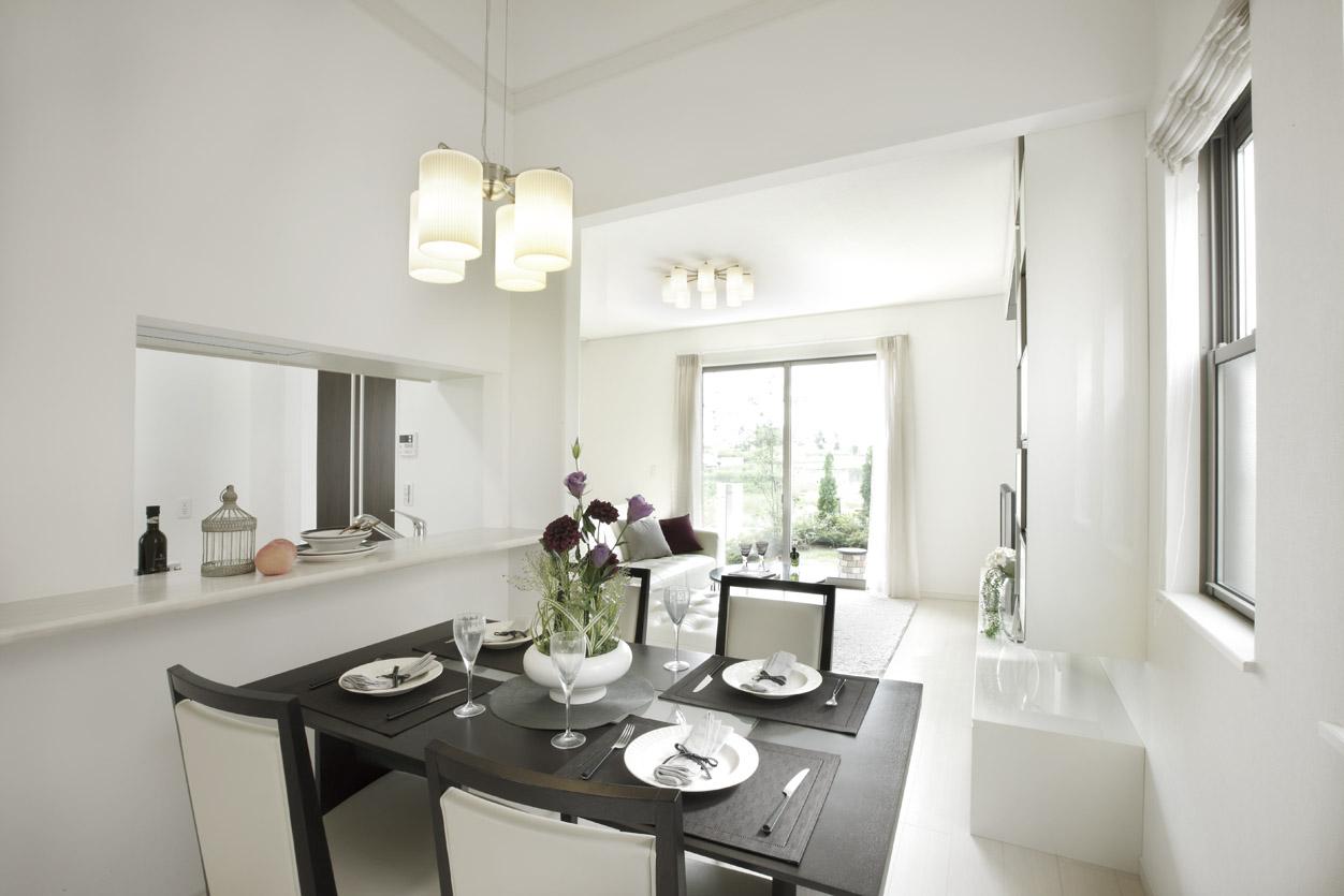 開放感のある食卓。カウンターキッチンとダイニングは程良く空間がつながり、キッチンに立ちながら、家族との会話が育まれる。(分譲済)