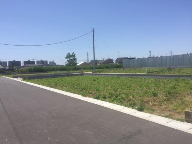 分譲地内開発道路は幅6mとゆとりがあります。駐車もらくらくできます