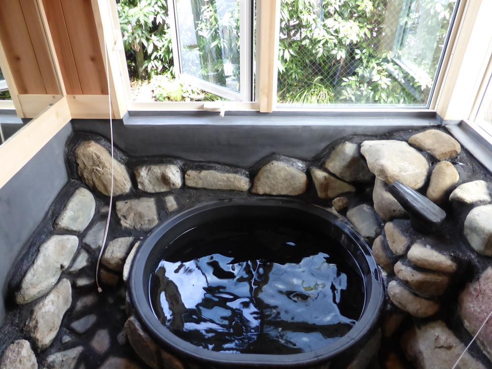 五右衛門風呂<BR>薪で焚くこともできます。
