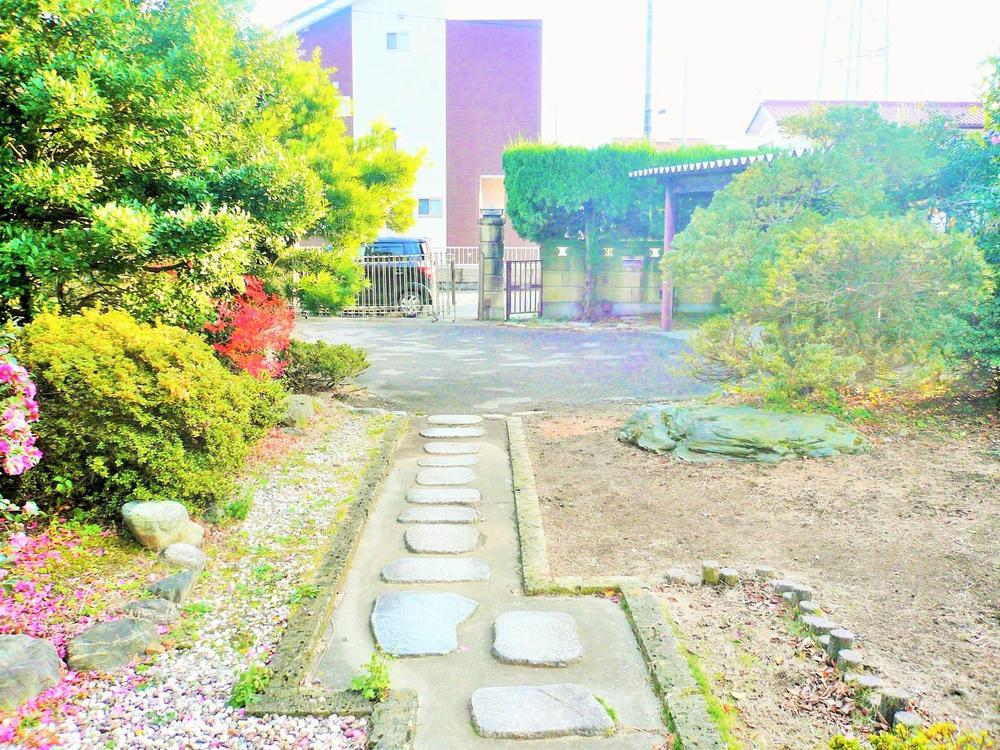 お庭は日本庭園な仕上がりとなっておリます。屋根付き車庫や物置部屋等々、実用性に優れたお庭です!!