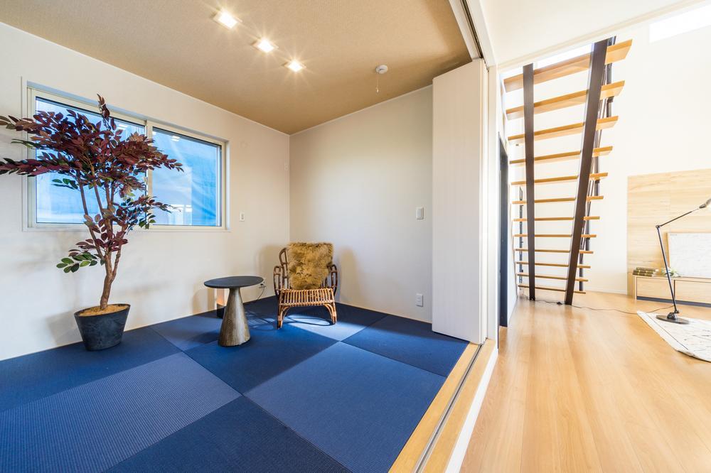 リビングの横にかわいい畳コーナー!お子様の遊び場やお昼寝に最適な空間です♪