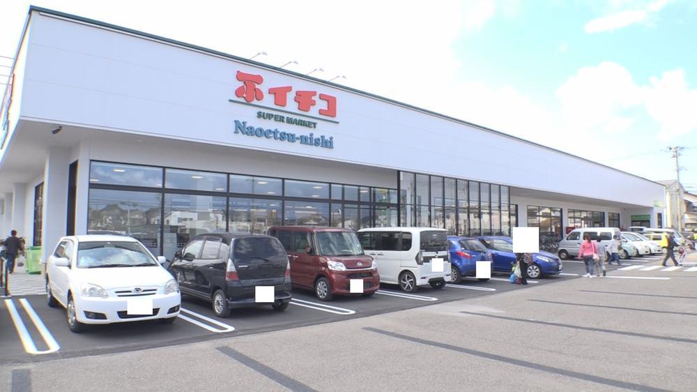 イチコ直江津西店まで1000m 地元食材が揃う人気のスーパーマーケット、店内にパンケーキのお店が併設、さらに敷地内にラーメン店もあり。