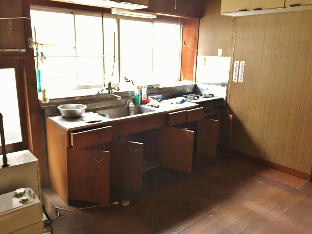 キッチンです。勝手口と北側一面に窓があり、明るいキッチンです。