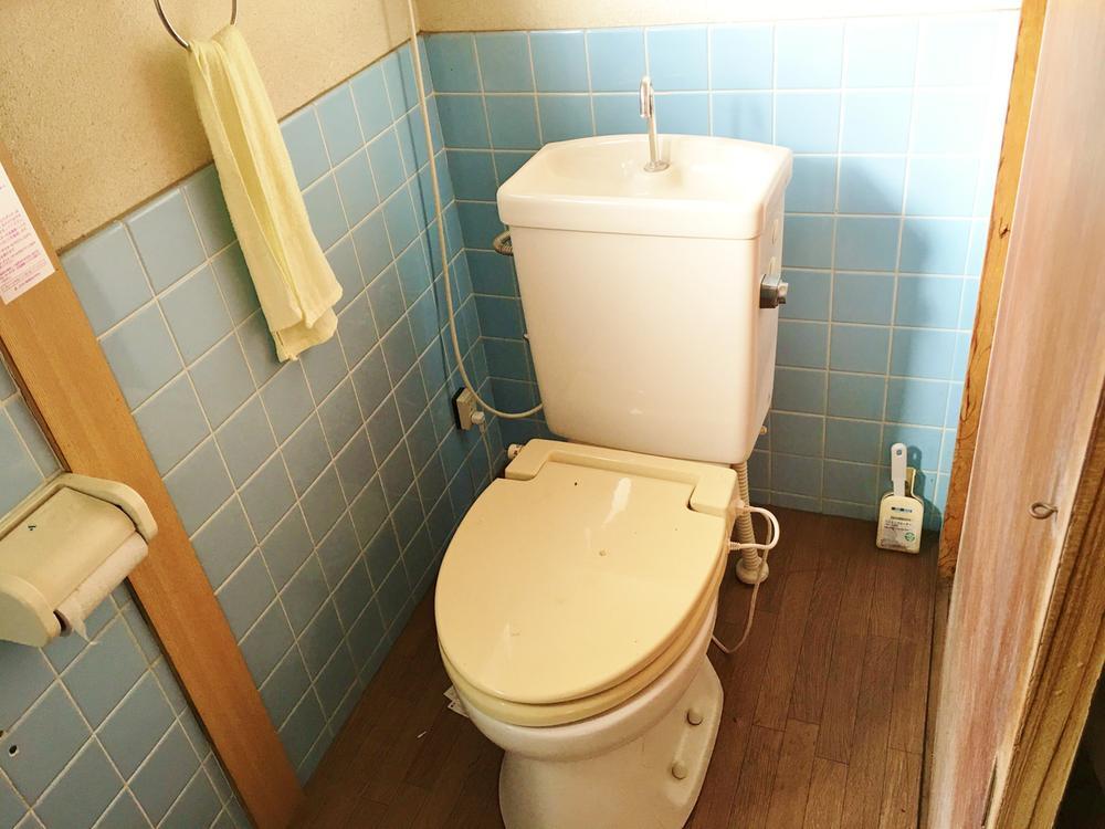 トイレです。1階玄関近くにあります。現在簡易水洗となっております。