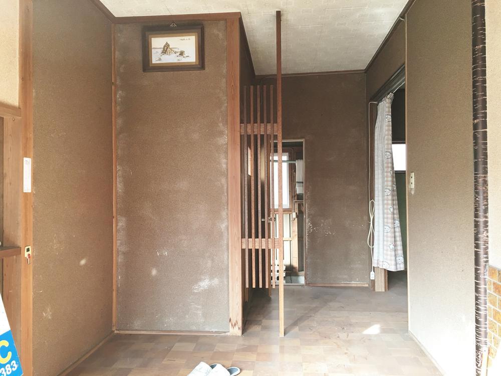 玄関です。向かって左側にしゅーずBOXがあります。狭すぎず開放的です。