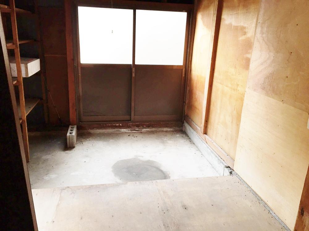 1階納戸です。6帖ほどの広さがあり、棚も設置されております。土足で入れるため、外部物置のように使用することができます。