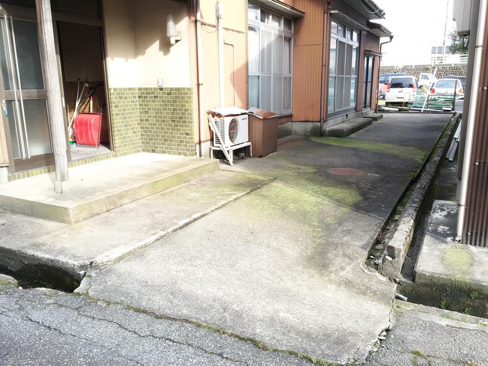 玄関前外観です。