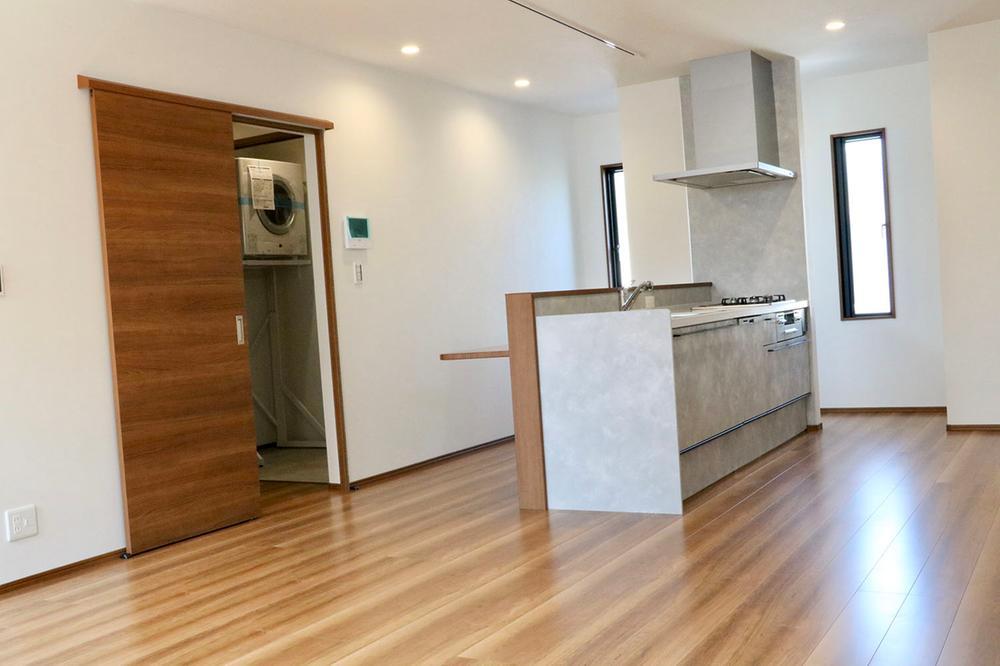 陽光溢れる2階LDK&キッチンを中心とした家事動線良好なデザイナーズ邸宅