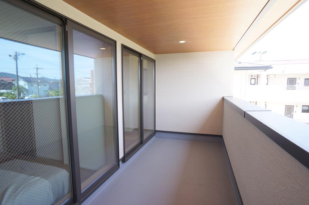 外観や外構にも拘っています。外壁材は色保証30年付。