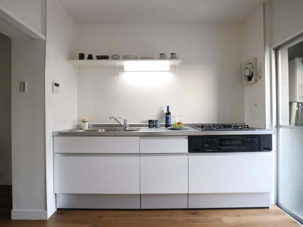 壁付けのシステムキッチンはハウステック製「LEシリーズ」