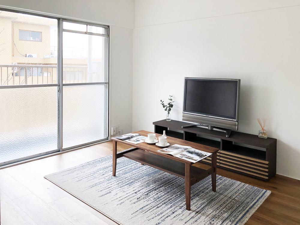南側洋室をリビングとして。<BR>TVボード、リビングテーブル、ソファを置いてゆったりと過ごせます。
