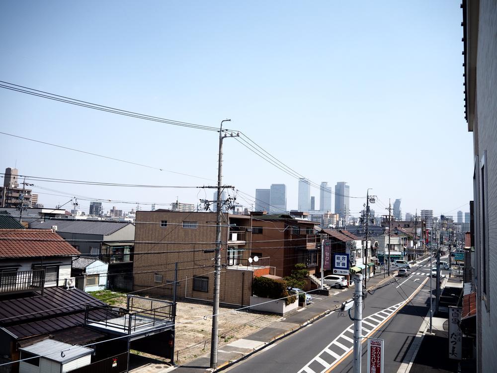 3階から名古屋駅前のビル群が眺められます。北側ですが、前面道路が広く、角地の為、3階建てならではの開放感を感じられます!