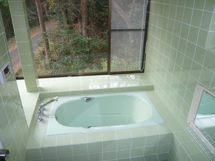 大きい窓のある浴室