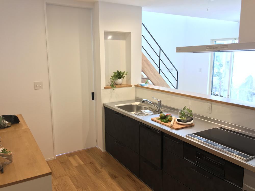 【1階】トータルコーディネートされたインテリア。こだわりの家具に囲まれて、新しい暮らしがすぐに始められます。