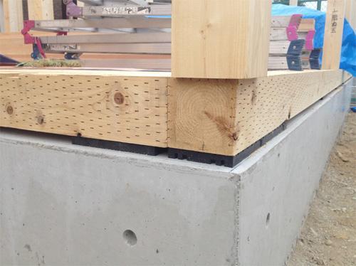 土台は耐久性に優れた桧(ひのき)の芯持ち材です。更に防蟻処理を行い、シロアリ対策も万全です。<BR>また床下を全周換気する基礎パッキン工法で床下を換気し、土台を長持ちさせます。