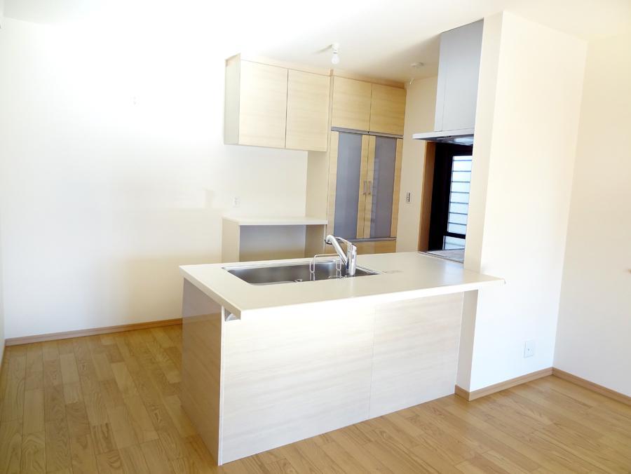 白でスッキリとした印象のキッチンスペース。奥様の家事をしやすくするためにゆとりのスペースを確保しました。(7号地)