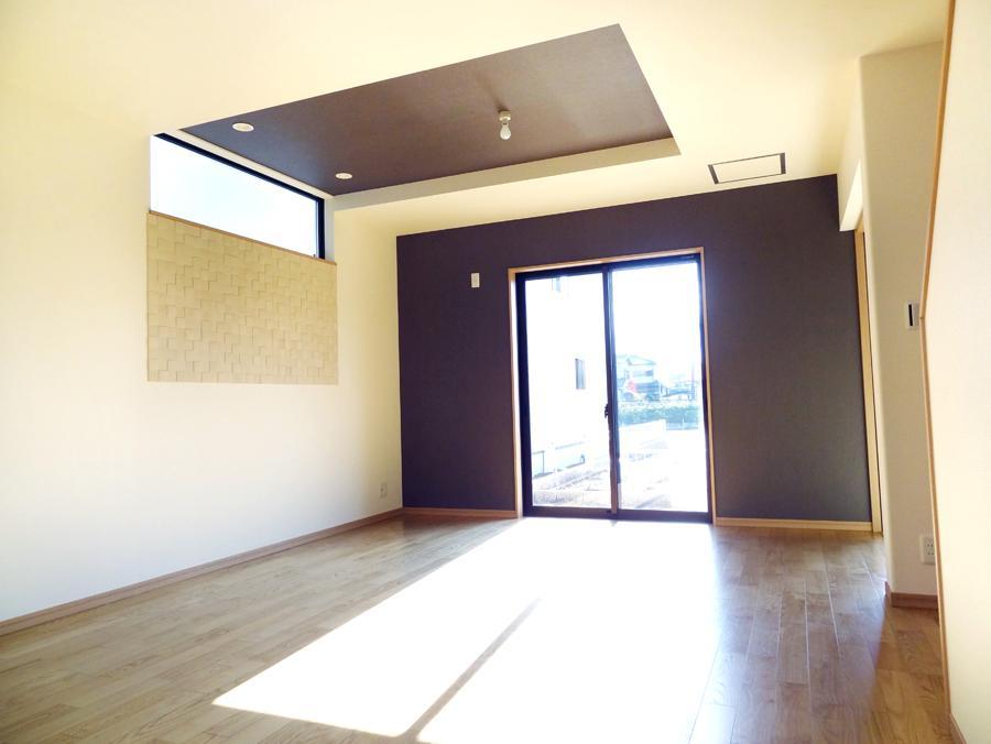 リビング上部を折り上げ天井にすることで空間に奥行きを感じさせ広がりを演出します。(7号地)
