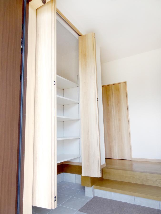 便利な可動棚がついた土間収納。アウトドア用品などは家に持ち込まずに収納しておけます。(7号地)