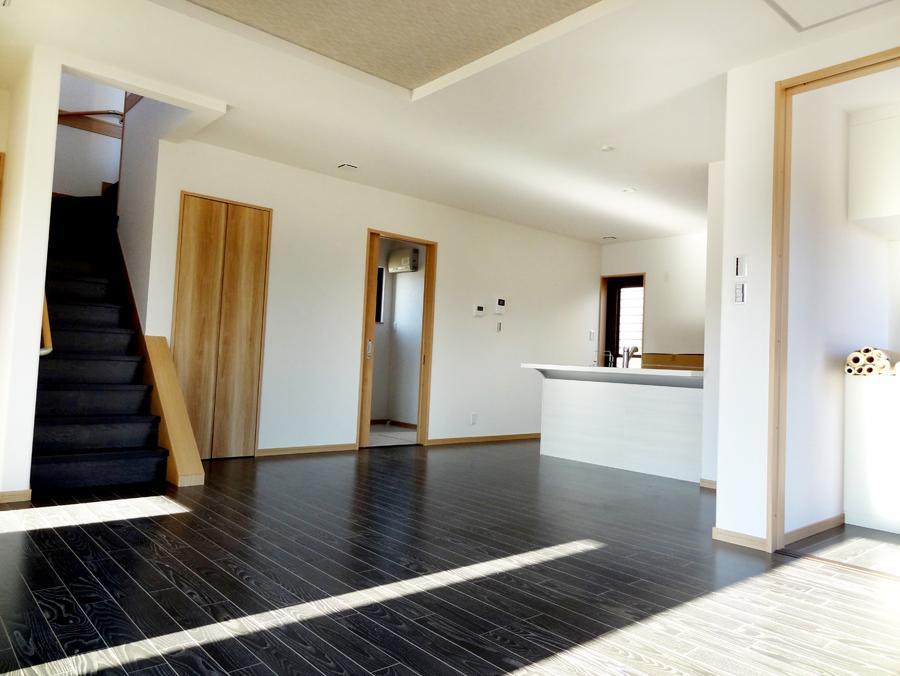 ダークな床材を採用しメリハリのあるリビングに。コーディネートする家具選びも楽しくなります。(9号地)