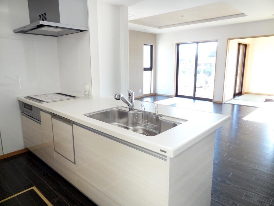 フロアのダークとコントラストの効いたホワイトの清潔感溢れるキッチン。豊富な収納スペースでスッキリ片付きます。(9号地)