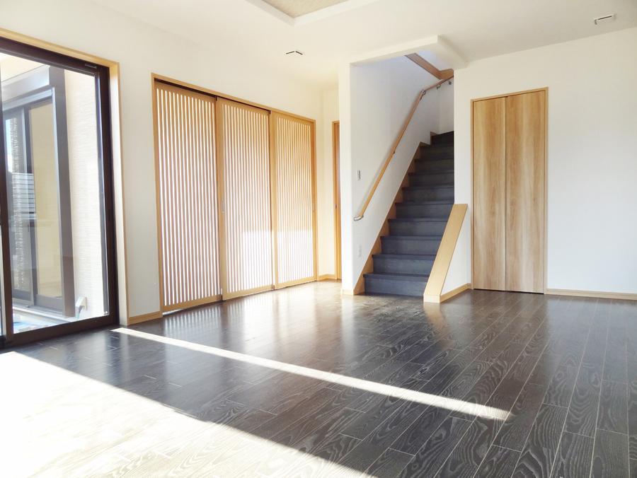18帖超の広々としたLDKに、堀ゴタツのある本格的な和室。大切な家族が集まる場所だからこその、こだわりポイントです。(9号地)
