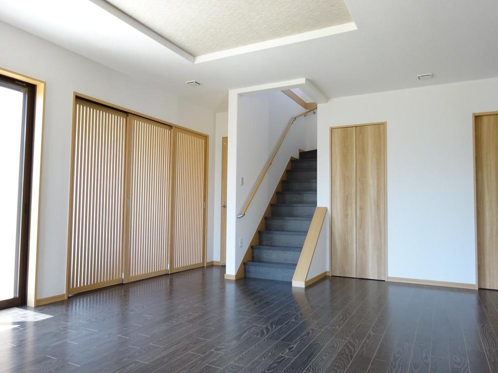 ダークな床材を採用しメリハリのあるリビングに。コーディネートする家具選びも楽しくなります!(9号地)