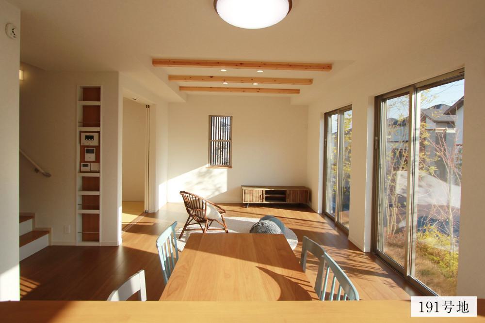 ◆191号棟◆<BR>キッチンからの眺め。すぐに庭も眺められ、リビングダイニングには採光たっぷりの様子。2階の4部屋へもリビング階段からすぐに移動ができるのが嬉しい。