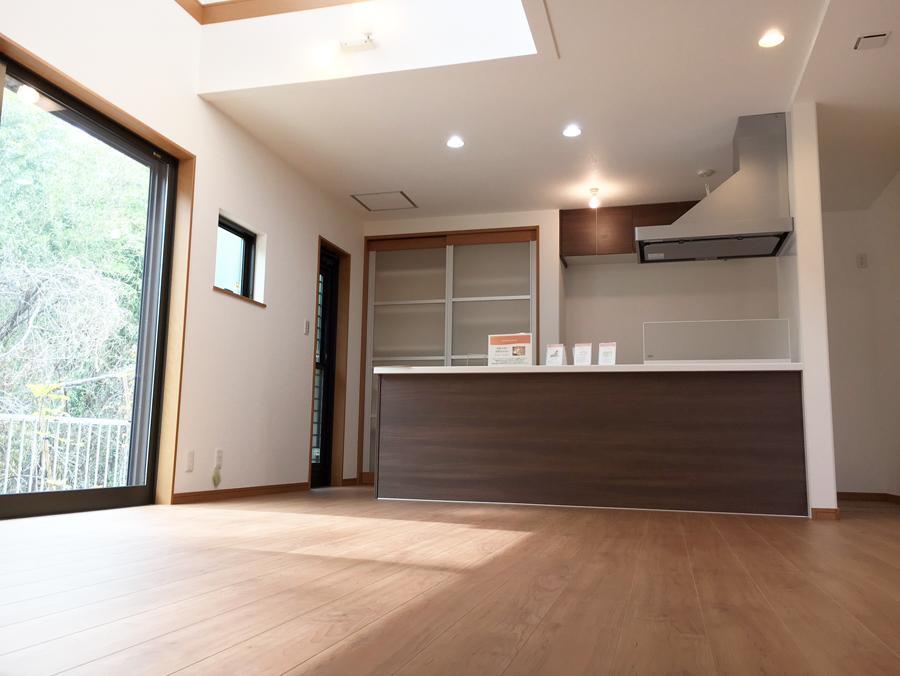 キッチン背面にキッチン用品や食器をたっぷり収納できる棚を設置<BR>(7号地)