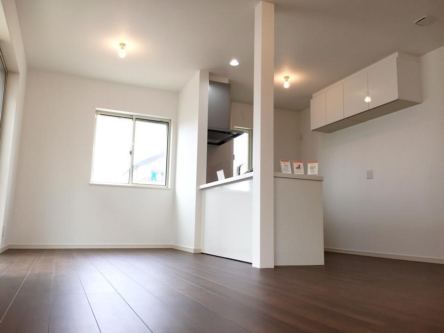 明るいキッチンは、対面式で家族との会話を弾みそうです。<BR> (9号地)