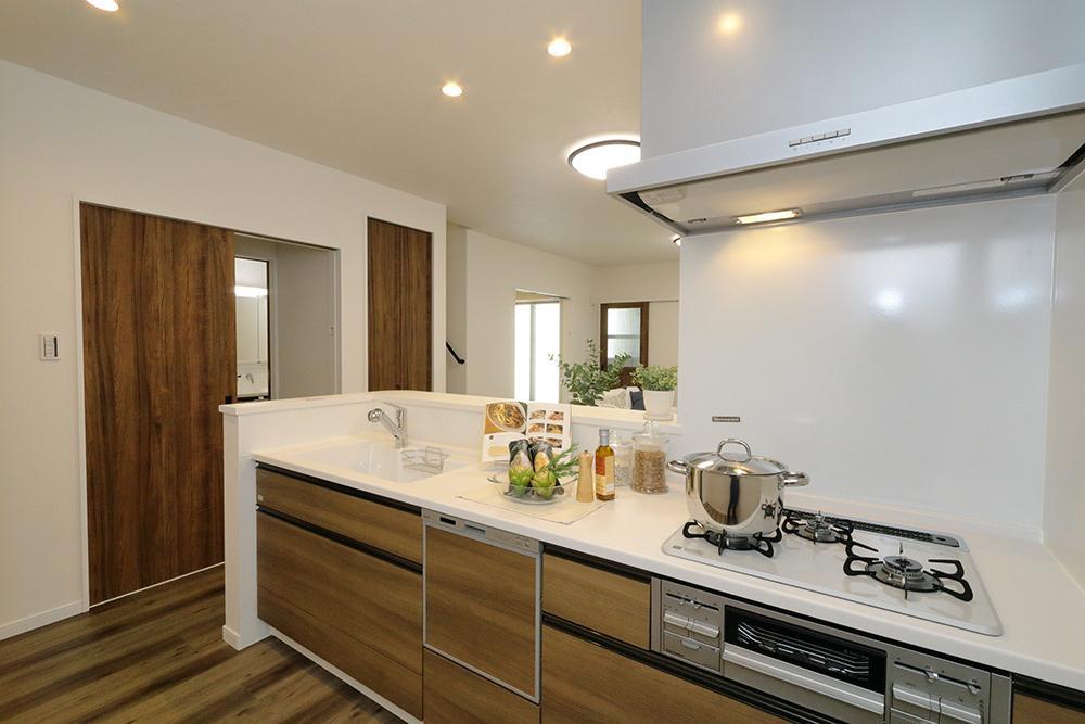 調理スペースもしっかり確保された対面キッチンは家族との会話が自然に生まれる設計。食洗器などの先進設備や食品庫として使える収納も備えています。(ローズガーデン37号地:2020年6月撮影)